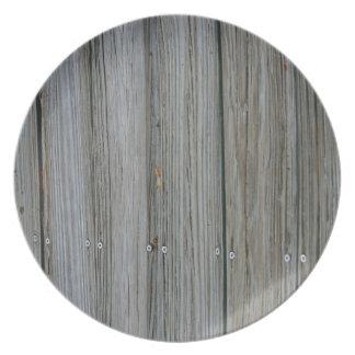 tablones de madera del muelle con los tornillos