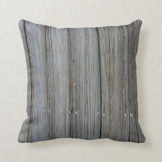 tablones de madera del muelle con los tornillos cojín