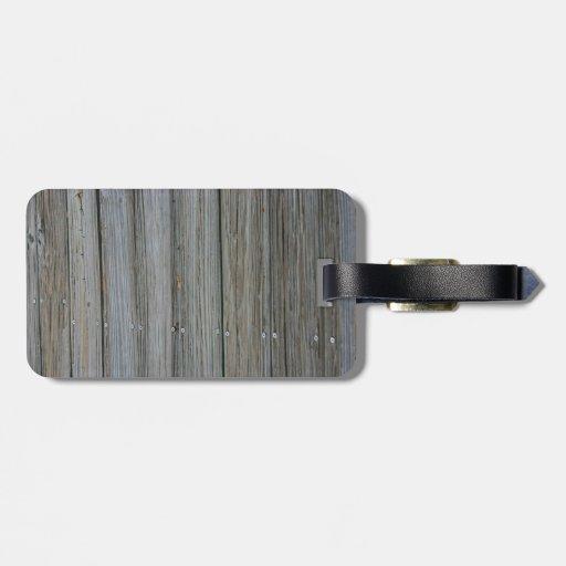 tablones de madera del muelle con los tornillos etiquetas maleta