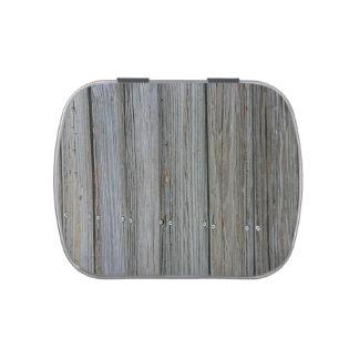tablones de madera del muelle con los tornillos latas de caramelos