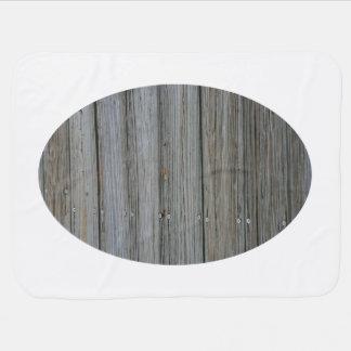 tablones de madera del muelle con los tornillos mantas de bebé