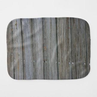 tablones de madera del muelle con los tornillos paños de bebé
