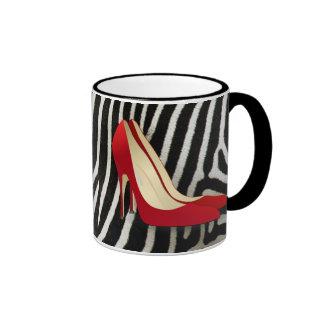 tacones altos rojos taza de café