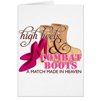 Tacones altos y botas de combate (desierto) tarjeta de felicitación