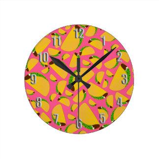 Tacos rosado reloj redondo mediano