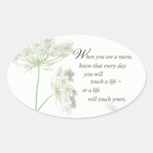 Tacto de la enfermera a la vida con las flores pegatina ovalada