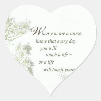 Tacto de la enfermera a la vida con las flores sal colcomanias corazon