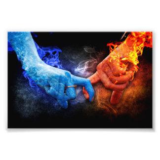 Tacto de las manos del humo del fuego de las fotografía