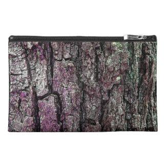 Tacto púrpura de la corteza vieja del pino