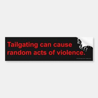 Tailgaters y cuidado al azar de los actos de viole etiqueta de parachoque