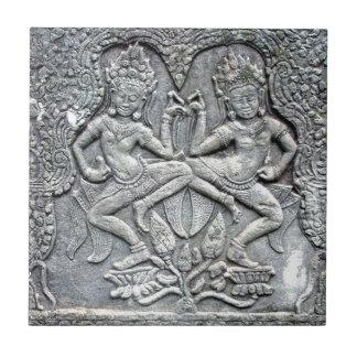 Talla de piedra de los bailarines camboyanos teja