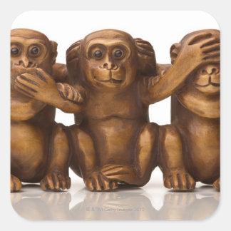 Talla de tres monos de madera pegatina cuadrada