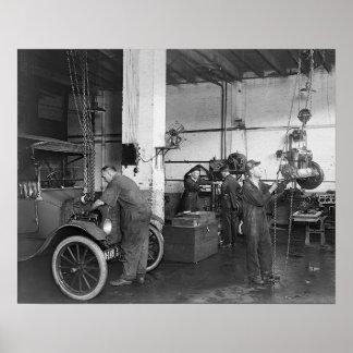 Taller de reparaciones del automóvil, 1919. Foto Póster