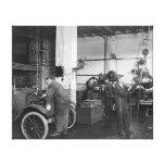 Taller de reparaciones del automóvil, 1919 impresion de lienzo