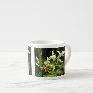 Tallos florecientes del ruibarbo taza espresso