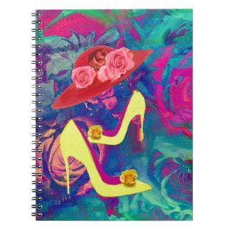 Talones, gorras en flores coloridas libros de apuntes