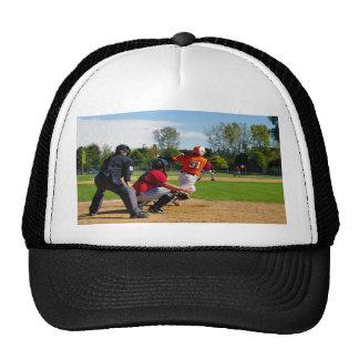 Talud del béisbol de la liga que golpea la bola gorra