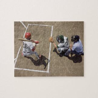 Talud del béisbol que aguarda la echada con el col puzzles con fotos