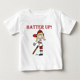 Talud del chica encima de las camisetas y de los playeras