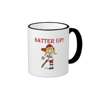 Talud del chica encima de las camisetas y de los r taza de café