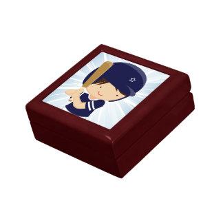 Talud del muchacho del béisbol en azul y blanco joyero cuadrado pequeño