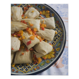 Tamales en la placa decorativa posters