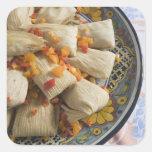 Tamales en la placa decorativa pegatina cuadrada