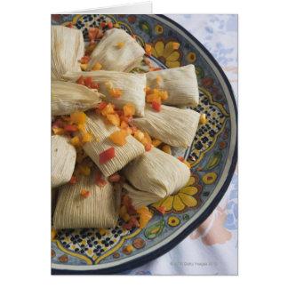 Tamales en la placa decorativa tarjeta de felicitación