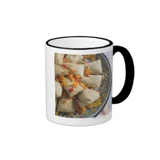 Tamales en la placa decorativa taza de dos colores