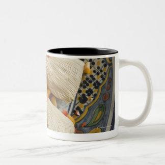 Tamales en la placa decorativa taza de dos tonos
