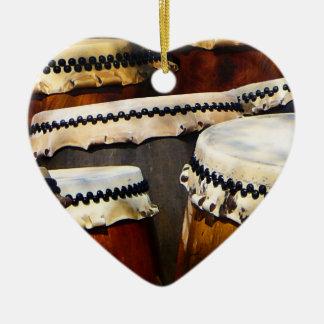 Tambores japoneses adorno navideño de cerámica en forma de corazón