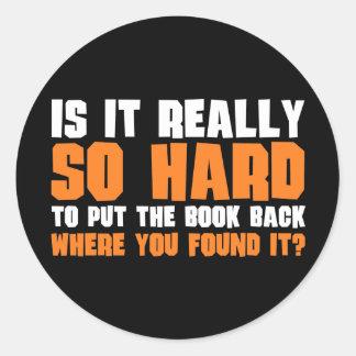 Tan difícilmente poner el libro detrás donde usted pegatina redonda