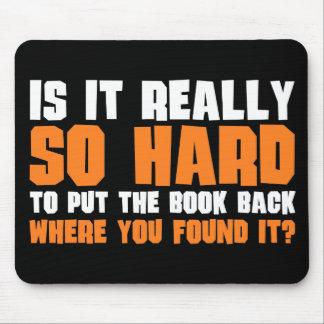 Tan difícilmente poner el libro detrás donde usted tapete de ratones
