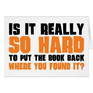 Tan difícilmente poner el libro detrás donde usted tarjeta de felicitación