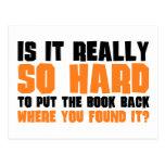 Tan difícilmente poner el libro detrás donde usted tarjetas postales