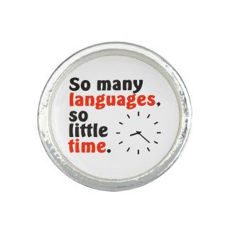 Tan muchas idiomas. Tan poca hora. Reloj simple Anillo Con Foto