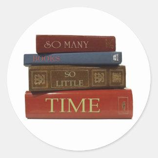 Tan muchos libros tan poca hora pegatina redonda