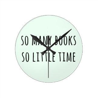 Tan muchos libros tan poca hora reloj redondo mediano