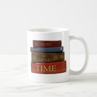Tan muchos libros tan poca hora taza clásica