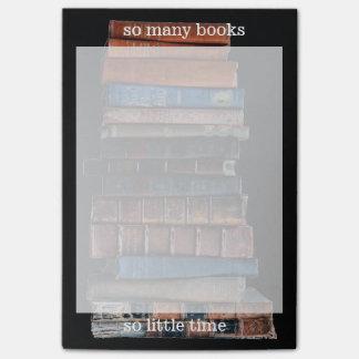 Tan muchos libros, tan poca nota grande del notas post-it®