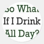 Tan qué si bebo todo el día pegatina redonda