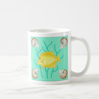 Tang amarillo con las cáscaras del nautilus taza básica blanca
