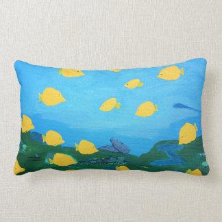 Tang amarillo en almohada del océano de la