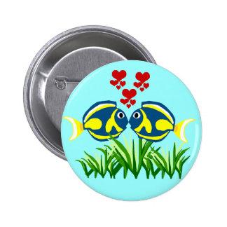 Tang azul que se besa sobre el botón de la alga ma pins