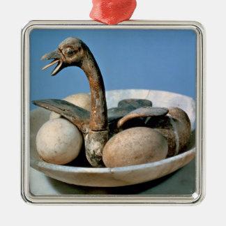 Tapa de un tarro del alabastro adornado con un adorno navideño cuadrado de metal