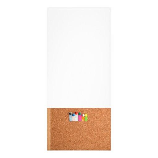 Tape el tablero y el título con corcho para seis p tarjetas publicitarias a todo color