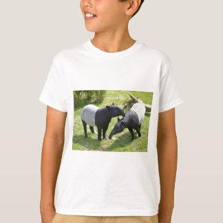 Tapirs malayos en hierba remeras