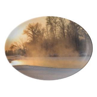 Tarde del invierno por el lago congelado badeja de porcelana