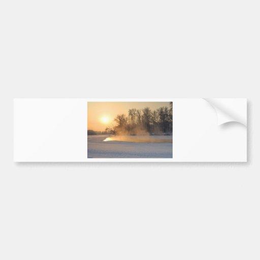Tarde del invierno por el lago congelado etiqueta de parachoque
