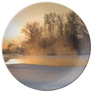 Tarde del invierno por el lago congelado platos de cerámica